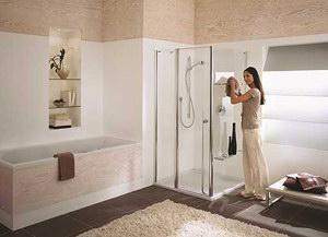 Inloopdouche Met Bak : Elegante walk in douche met ingebouwde bank stock afbeelding