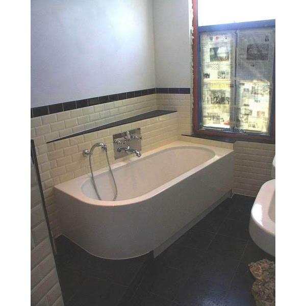 Badkamer met halfvrijstaand bad en inloopdouche - Badkamer m met bad ...