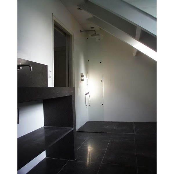Badkamer met vrijstaand bad en Belgisch hardsteen