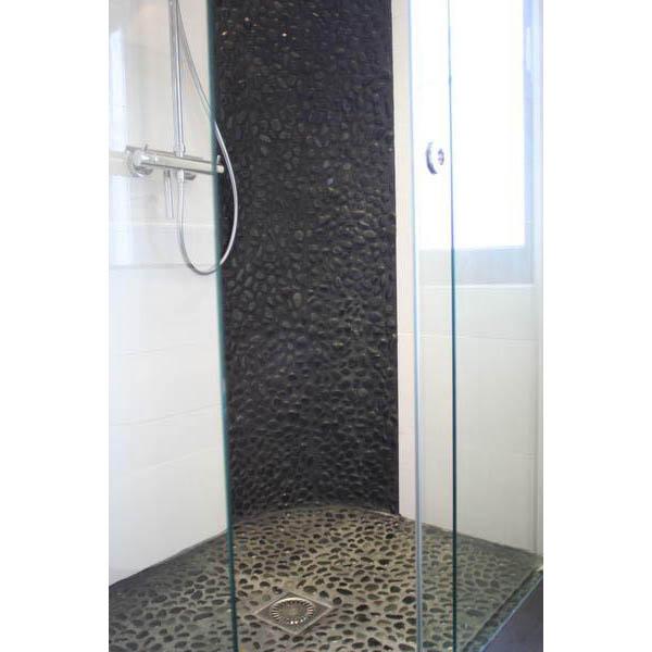 badkamer emmen strakke glazen douchecabine met kiezelvloer