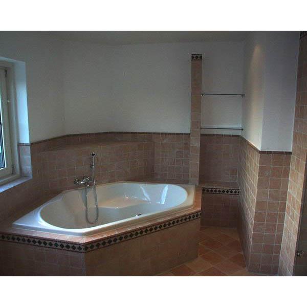 Badkamer Bavel hoekbad in getrommeld marmer