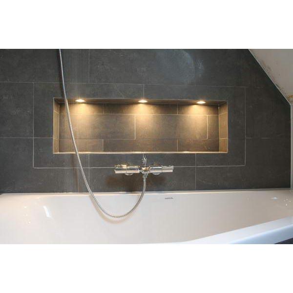 Badkamer IJmuiden met verlichte nis achter het bad