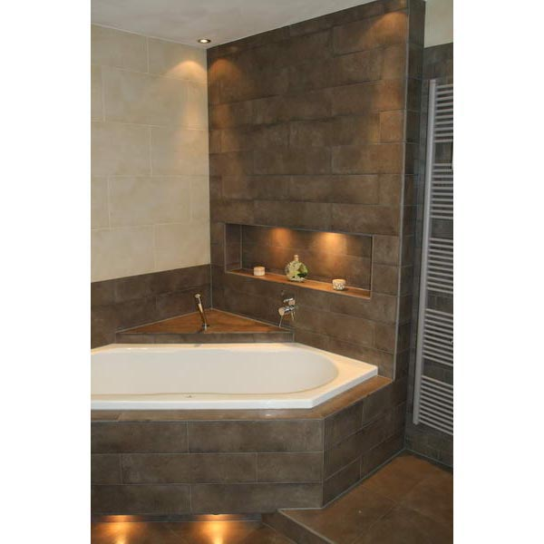 Betonstuc Badkamer Wit ~ Badkamer Deventer ruimtelijk door stroken tegels