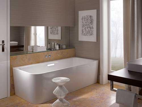 Een vrijstaand bad is het centrale object in de badkamer maar heeft ...